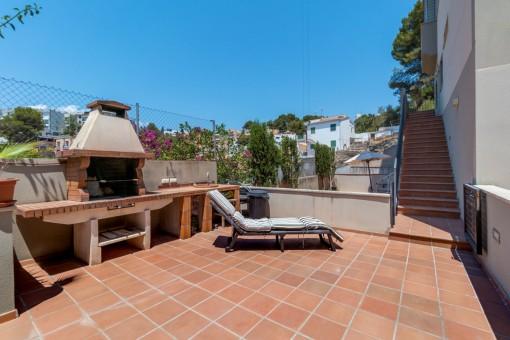 Sonnige Terrasse mit Grillbereich