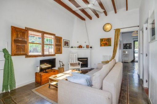 Wohnbereich mit Kamin und Holzdeckenbalken