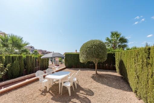 Moderne Wohnung mit großem Gartenanteil und seitlichem Meerblick von der Terrasse in Cales de Mallorca