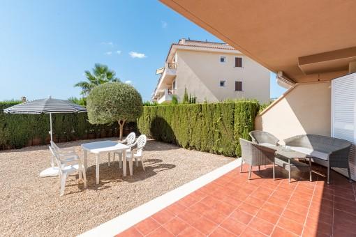 Terrasse mit sonnigem Gartenbereich