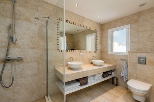 Modernes Badezimmer mit Doppelwaschbecken