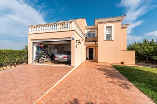 Frontansicht der Villa mit Garage