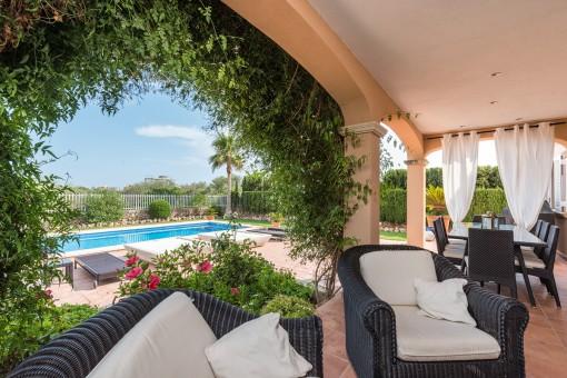 Idyllische Terrasse mit Blick zum Pool