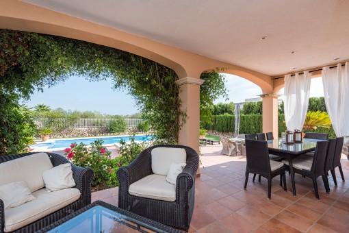 Überdachte Terrasse mit Ess- und Loungebereich