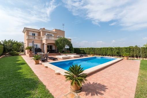Attraktive Villa im mediterranen Stil mit schönem Garten, Pool und Blick bis zum Meer in Sa Ràpita