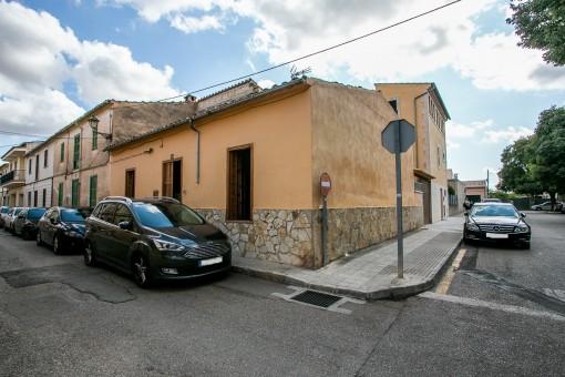 Dorfhaus mit Dachterrasse und Patio in bester Lage in Santa Maria del Camí