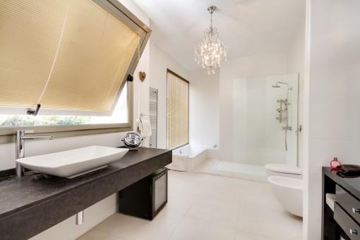 Elegantes Badezimmer mit Dusche und Badewanne