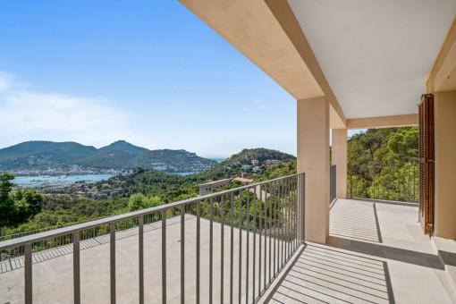 Balkon mit Meer- und Hafenblick