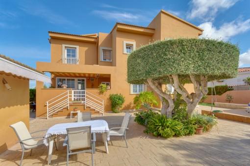 Großzügiges mallorquinisches Zweifamilienhaus in Badia Blava mit Blick auf die Bucht von Palma