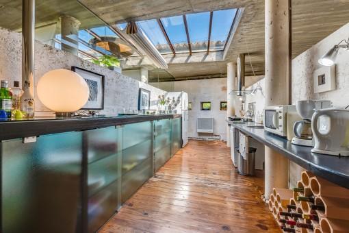 Küche im Industriestil mit Glasdach