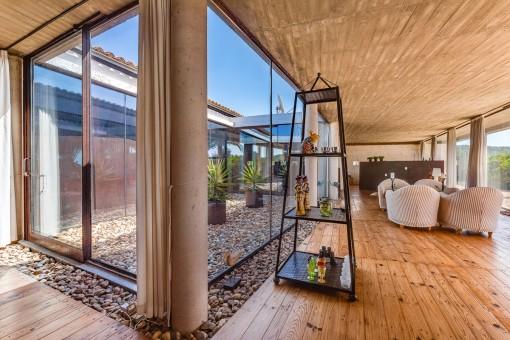 Zugang zum verglasten Innenhof