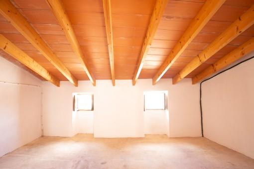 Raum mit Holzdeckenbalken