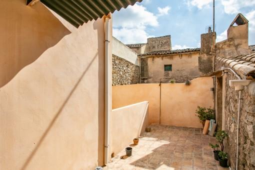 Sonnige Terrasse mit Zugang zum Patio