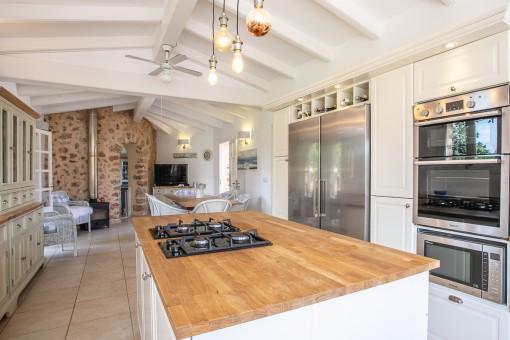 Großzügige Küche und Essbereich