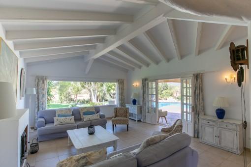 Lichtdruchfluteter Wohnbereich mit Terrassenzugang