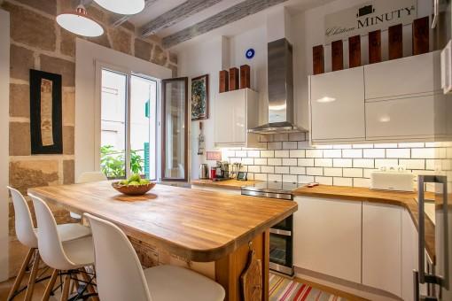 Schöne Küche mit Esstisch
