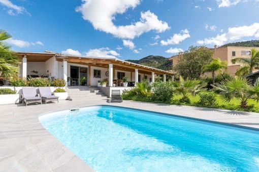 Mediterraner Pool und Garten