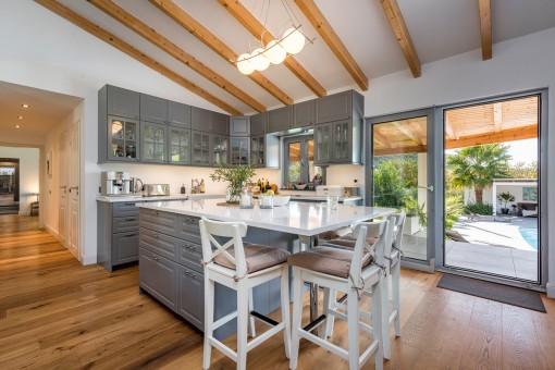 Moderne Landhausküche mit Essbereich