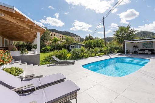 Idyllischer Poolbereich neben dem Garten