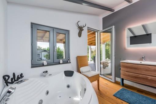 Fantastisches Badezimmer mit Whirlpool