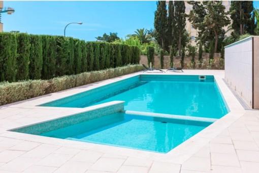 Sonniger Poolbereich des Wohnkomplexes