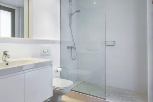 Elegantes Badezimmer mit Duscher