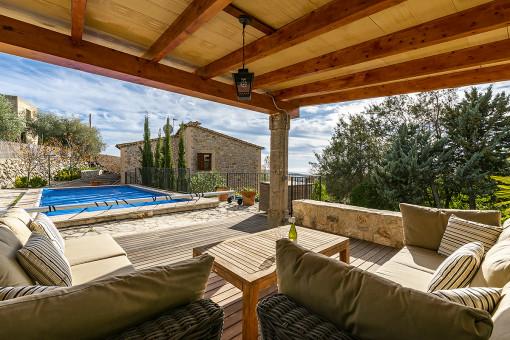 Schöner Loungebereich neben dem Pool