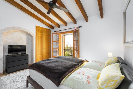 Schlafzimmer mit Holzdeckenbalken