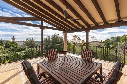 Überdachte Terrasse mit fantastischen Ausblick