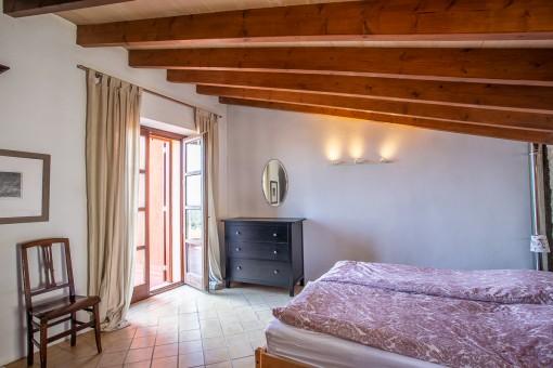 Hauptschlafzimmer mit Holzbalken