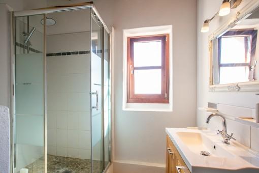 Lichtdurchflutetes Badezimmer mit Dusche