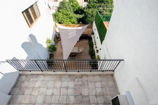 Blick von der oberen Terrassen in den Patio