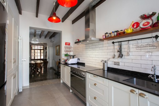 Moderne Küche mit Patiozugang