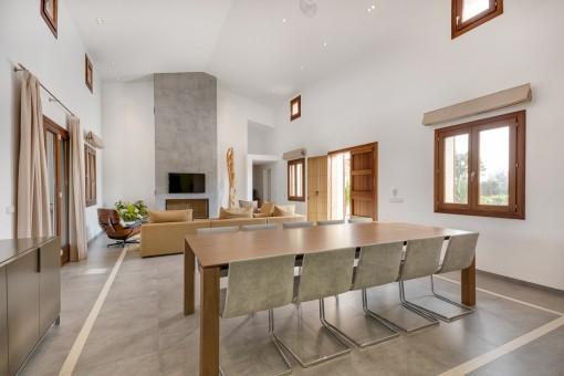 Alternative Ansicht des modernen Wohn-und Essbereiches