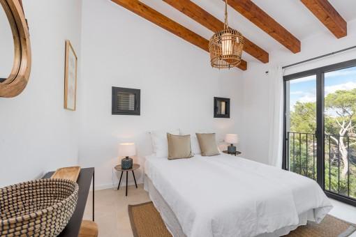 Hauptschlafzimmer mit Holzbalken an der Decke