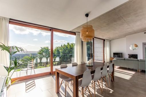 Wohn-und Essbereich mit Panoramafenstern