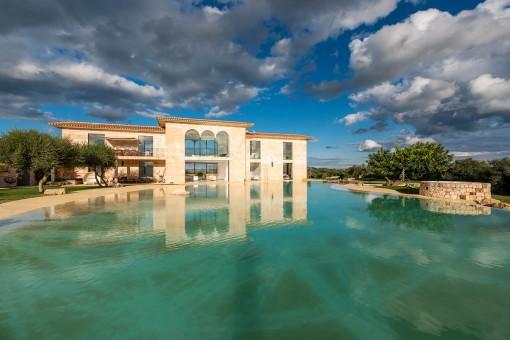Ansicht der modernen Finca mit Pool