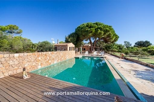Wunderschöne Natursteinfinca mit Infinity-Pool auf großem Grundstück in Llucmajor