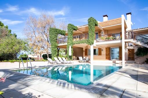 Komfortable Villa mit Meerblick, Gästehaus, Tennisplatz und großem Grundstück in Sa Cabaneta