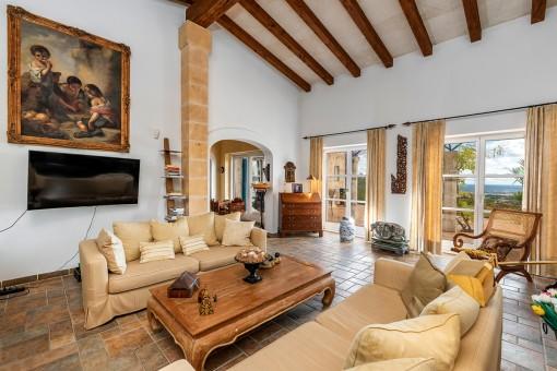 Großzügiger Wohnbereich mit hohen Decken