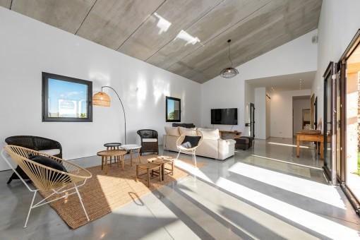 Heller Wohnbereich mit hoher Decke