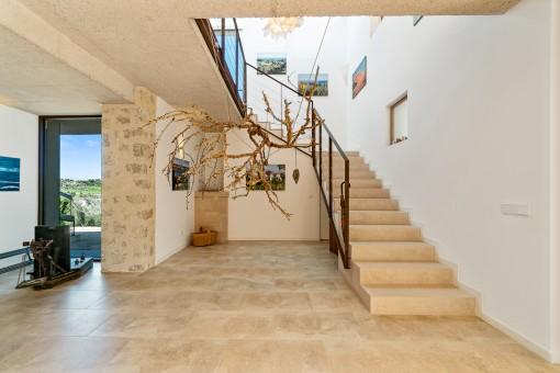 Einladende Eingangshalle und Treppenaufgang