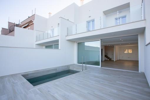 Neues hochwertiges Reihenhaus in Consell mit Pool, Garage und Blick auf das Tramuntanagebirge