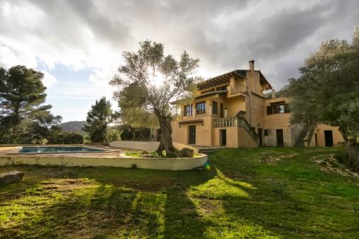 Große Finca mit Pool inmitten idyllischer Natur und mit herrlichem Blick auf das Tal in Puigpunyent