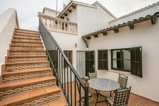 Terrasse mit Zugang zur Dachterrasse
