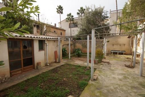 Zentral und ruhig gelegenes Dorfhaus mit schönem Garten in Santa Maria