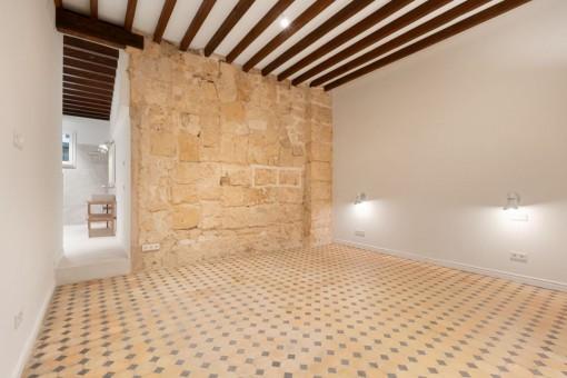 Hauptschlafzimmer mit Sandsteinwand