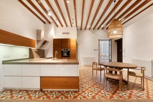 Moderne Küche und Essbereich