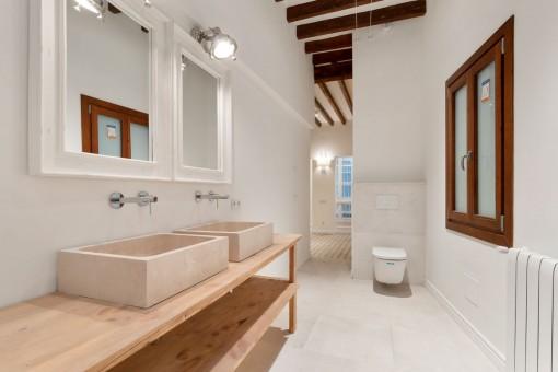 Halb-offenes en Suite Badezimmer