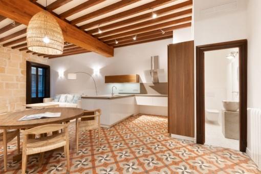 Offener Wohnbereich mit Holzdeckenbalken